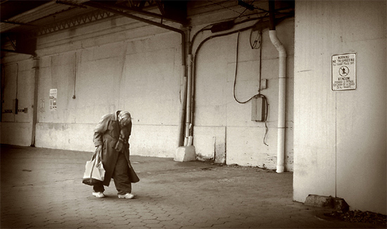 auteur: john strazza titre: old woman walking - hoboken